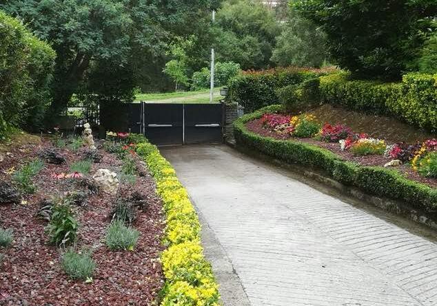 jardin con grava volcanica en entrada de casa