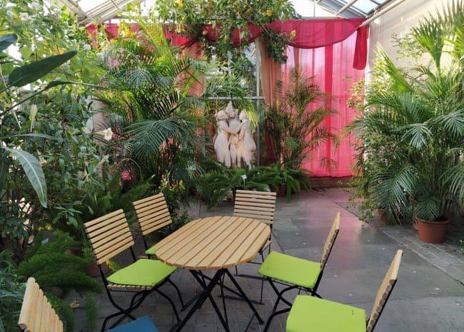 El jardín alberga 10 invernaderos