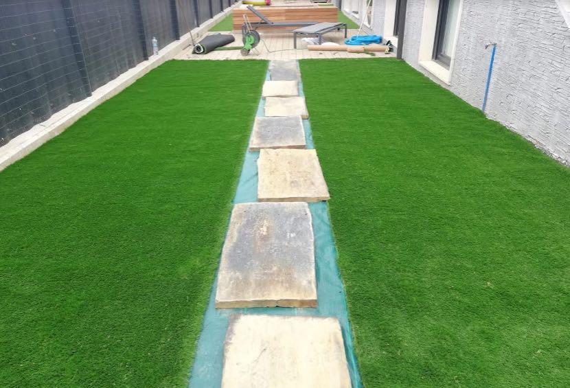 colocacion de cesped artificial jardineria