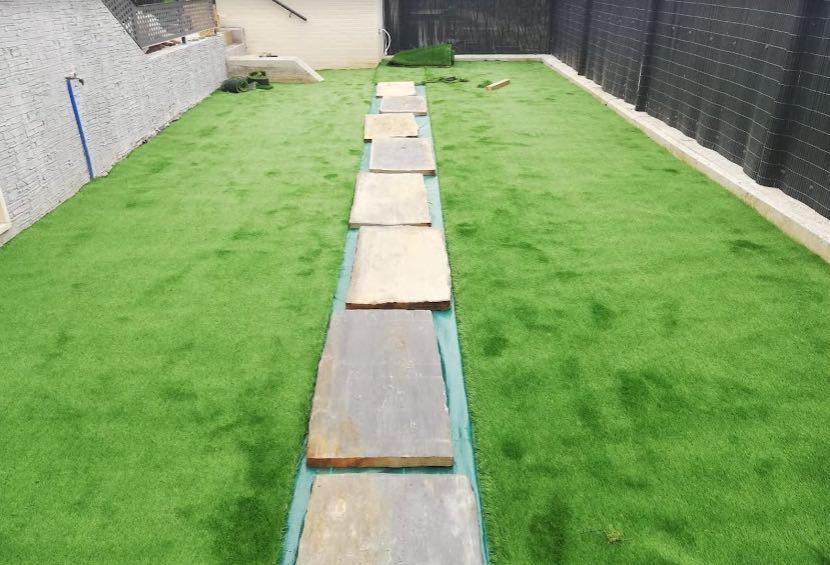 trabajo de exterior de jardineria cesped artificial
